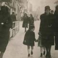 Muslimanka svojim velom skriva židovsku zvijezdu svoje susjede