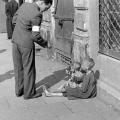 Nesretno dijete prosi u Varšavskom getu