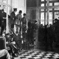 Oficiri se penju po namještaju kako bi mogli vidjeti potpisivanje mira u Versaillesu 1919.