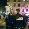 pariški policajac plače nakon napada na Bataclan.