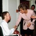 Princeza Diana se rukuje s oboljelim od AIDS-a bez rukavica, što je za sredinu 80-tih nalikovalo na skandalozan poduhvat.