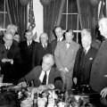 Roosevelt potpisuje dekret o ratu s Japanom 1941.