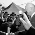 senator John F. Kennedy pozdravlja predsjednika Eisenhowera 1958.