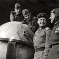 Sovjeti poziraju uz Hitlerov globus u Berlinu 1945.