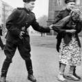 sovjetski vojnici seksualno napastvuju Njemicu u Drezdenu