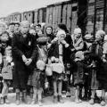 Stanovnici Varšavskog geta se vode u Treblinku (konc logor)