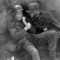stariji vojnik tješi mladića na istočnom frontu