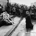 njemački kancelar Willy Brandt kleči pred spomenikom nacističkih žrtava u Varšavi i moli za oprost 1970. godine.