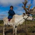 1 mala mongolska djevojčica na svom sobu
