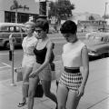 žene idu na plažu 1958
