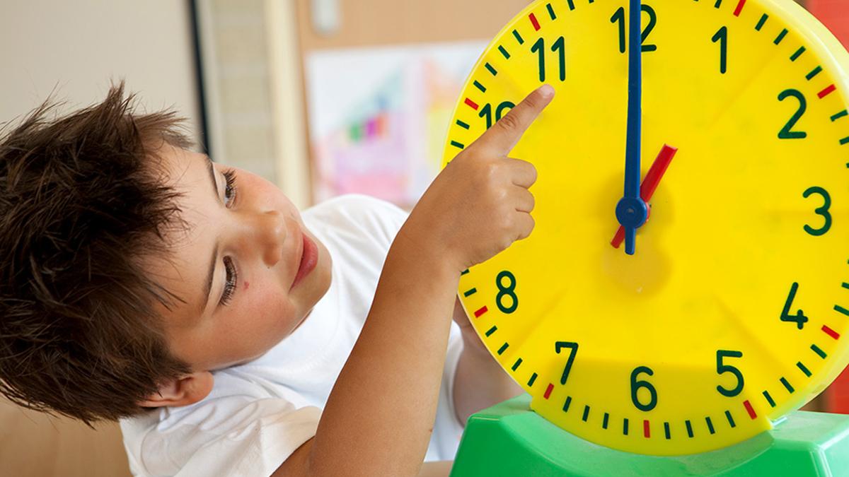 Britanske škole izbacuju analogne satove jer ih školarci ne znaju koristiti – ljudi postaju sve gluplji